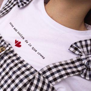 camiseta-eres-mas-bonica-de-lo-que-crees-luciabe-maow-design-shop